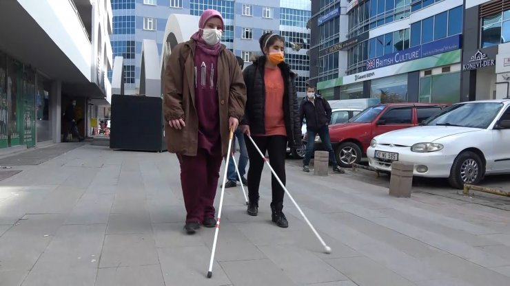 Engelleri, görmeyen gözleri değilkaldırımlardaki araçveeşyalar