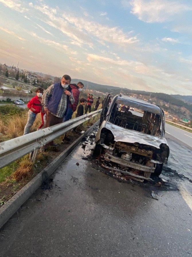 Otoyolda hafif ticari araç alev alev yandı