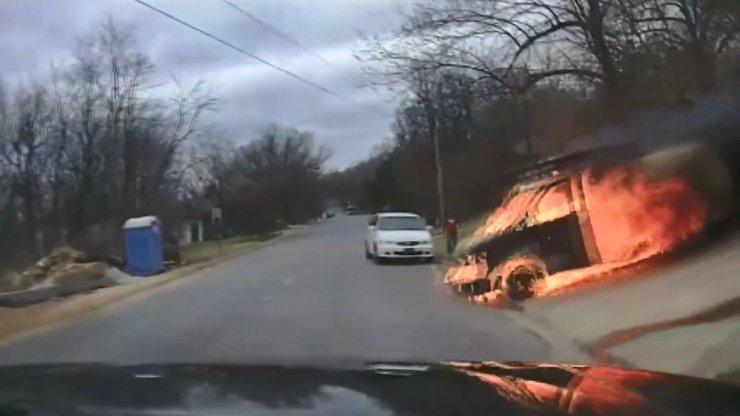 Alev alan kamyonetin, hareket edip yokuş aşağı hızla indi