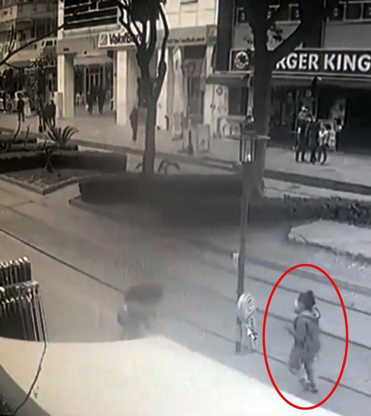 Çevredekilerin izlediği kavgaya yoldan geçen kadın müdahale etti