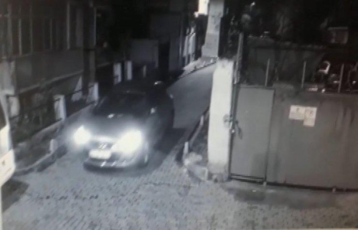 Girdikleri evden aldıkları anahtarla otomobil çaldılar