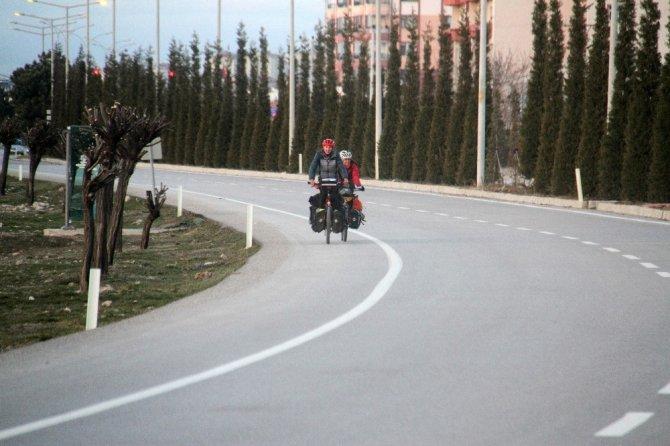 İngiltere'den dünya turuna çıkan bisiklet tutkunu çift, pedal çevirerek ülke ülke geziyor