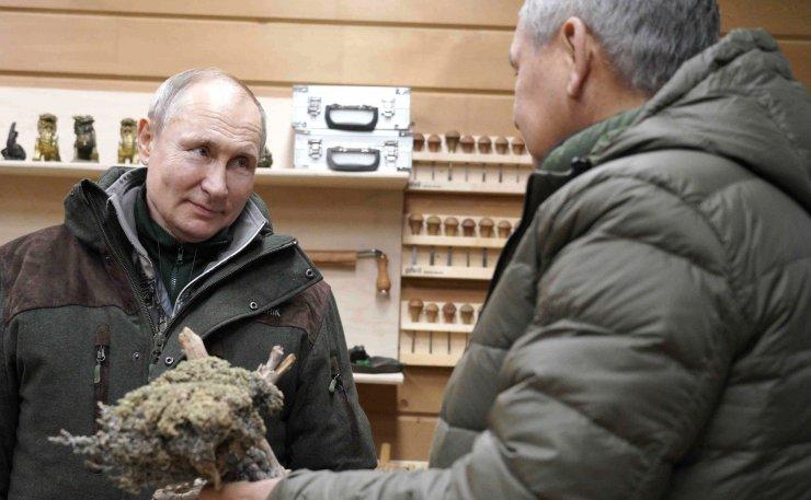 Putin, hafta sonu tatilinde Savunma Bakanı ile Sibirya'da