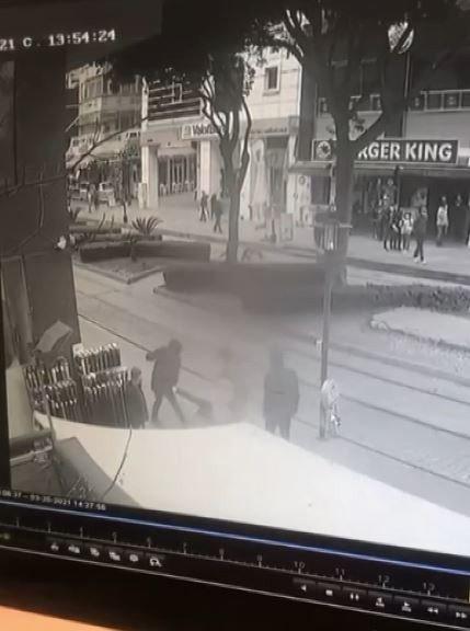 Yerden aldığı şişeyle yanında yürüyen kişiyi darp eden saldırgan, kadının araya girmesiyle kaçtı