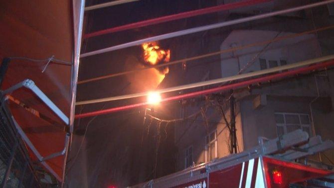 5 katlı lastik deposunun çatısı alev alev yandı