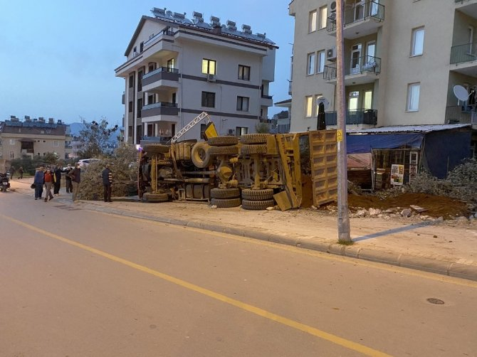 Hafriyat Yüklü Kamyon Devrildi: 2 Yaralı