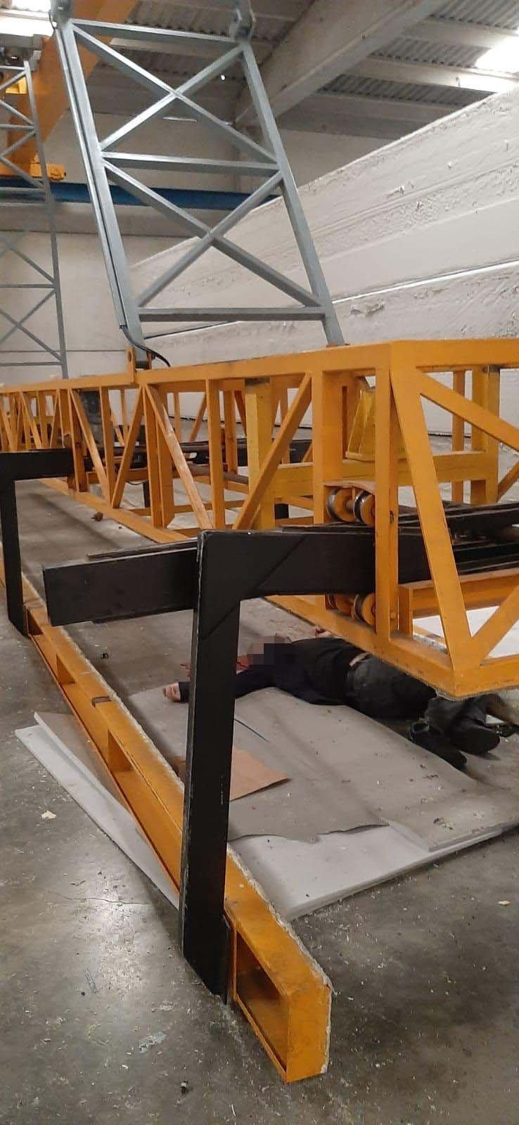 Halatı kopan vinç kolunun altında kalan işçi, öldü
