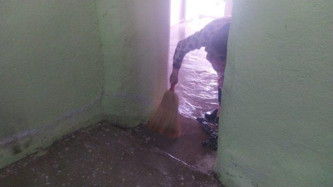 4 kişilik ailenin evi sular altında kaldı
