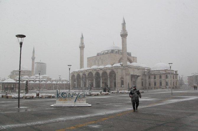 Konya'da kar yağışı etkili oldu