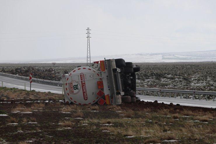 Akaryakıt tankeri devrildi; sürücü yaralı