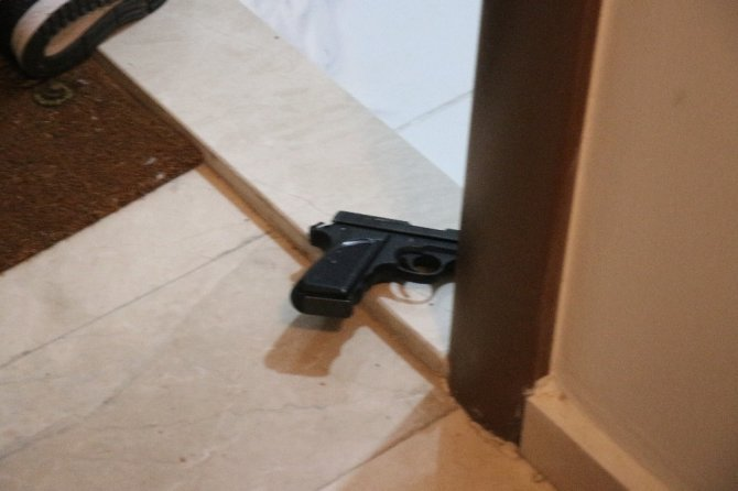 Barışmak için gittiği kız arkadaşı kapıyı açmayınca silahla kendini vurdu
