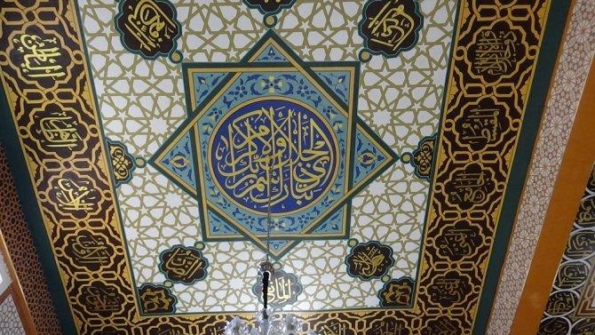 Konyalı nakkaş Ahmet Yesevi Camisini nakşediyor