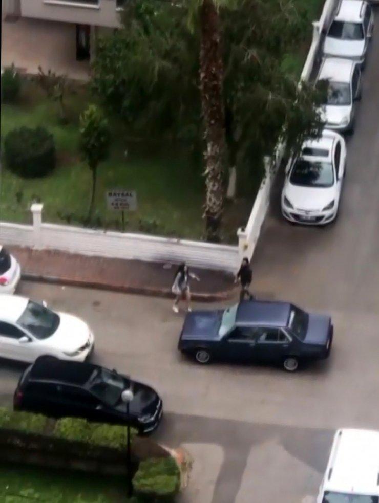 Öfkeli kadın, otomobilin camını taşla patlattı