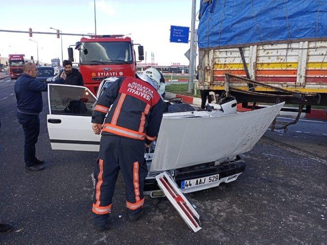 Otomobil kamyona arkadan çarptı: 4 yaralı