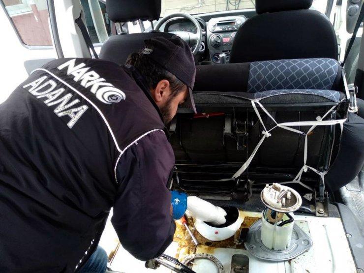 Otomobilin yakıt deposuna gizlenmiş 5 kilo metamfetamin ele geçirildi