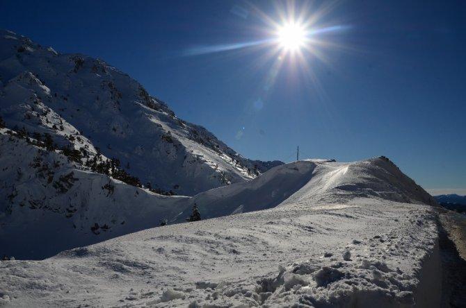 Kar kılınlığının 1 metreye ulaştığı Konya yolunda kartpostallık görüntüler