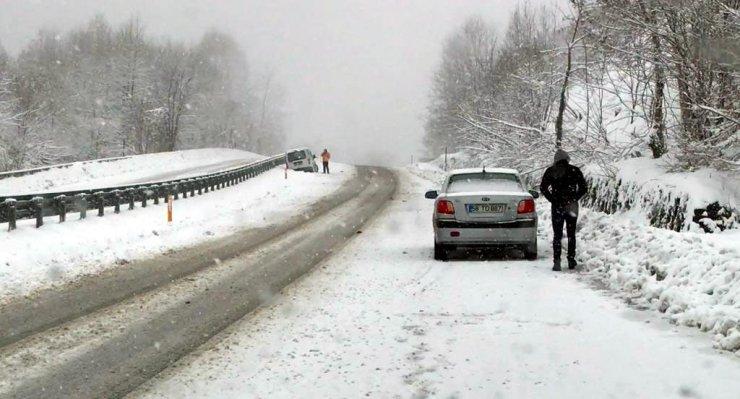 Kar nedeniyle maddi hasarlı kazalar oldu; trafik aksadı