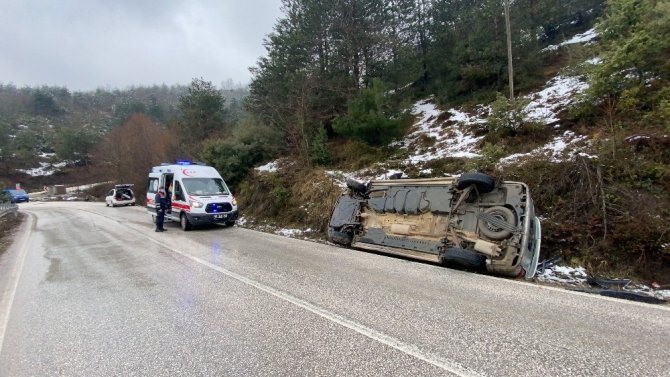 Kaygan yolda minibüs devrildi: 2 yaralı
