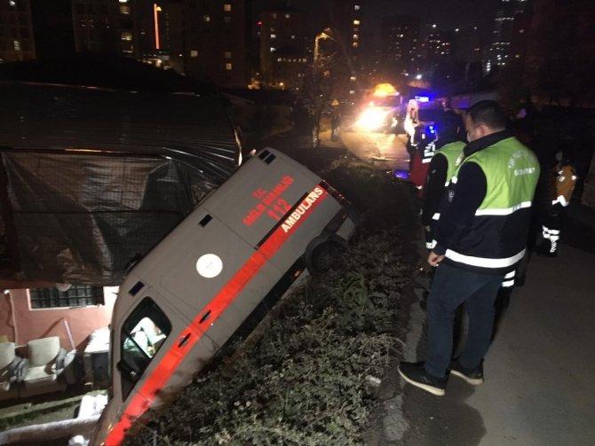 Kaza yapan ambulansta kalbi duran hastayı hayatta tutmak için zamanla yarıştılar