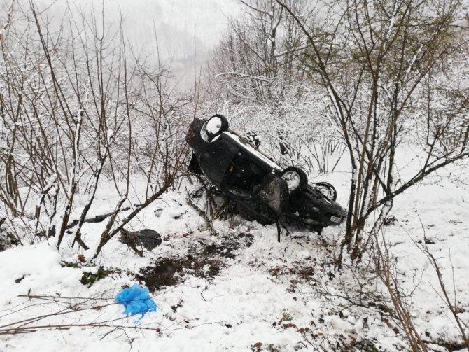 Otomobil uçuruma uçtu, yaralı halatlarla kurtarıldı