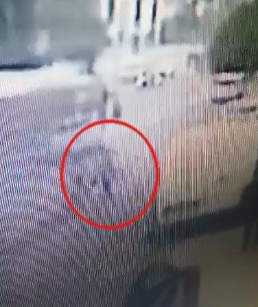Yola fırlayan çocuk seyir halindeki otobüse çarptı; kaza kamerada