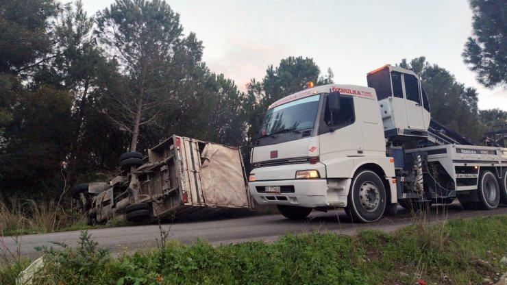 Ambalaj atığı toplama kamyoneti devrildi: 4 yaralı