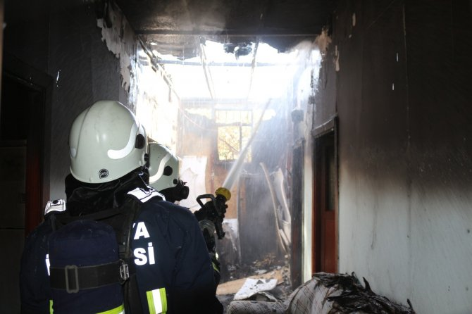 Çamaşır makinesinden çıkan yangın, evi küle döndürdü