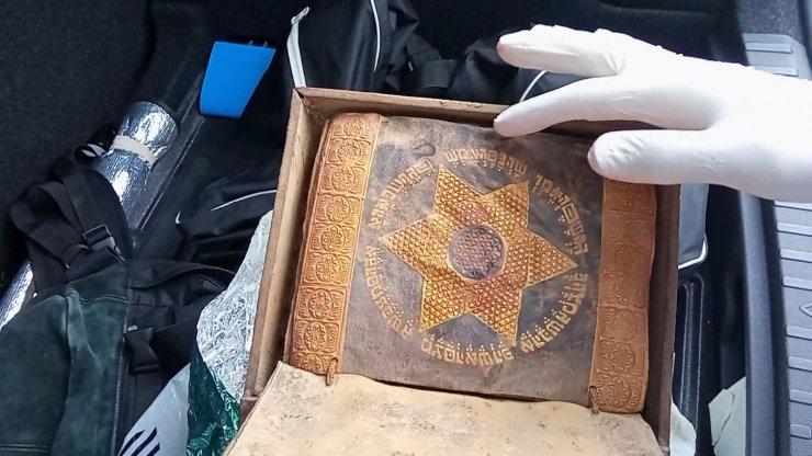 Ceylan derisine altın işlemeli 2 bin 500 yıllık Tevrat'ı satmaya çalıştılar