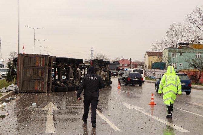 Damperi açılan kamyonun PTS'ye çarpma anı kamerada: 1 yaralı