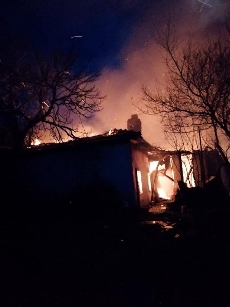 Engelli kardeşlerin yaşadığı ev yanarak küle döndü