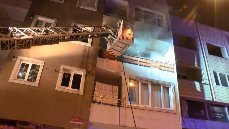 Evinde çıkan yangında ağır yaralandı