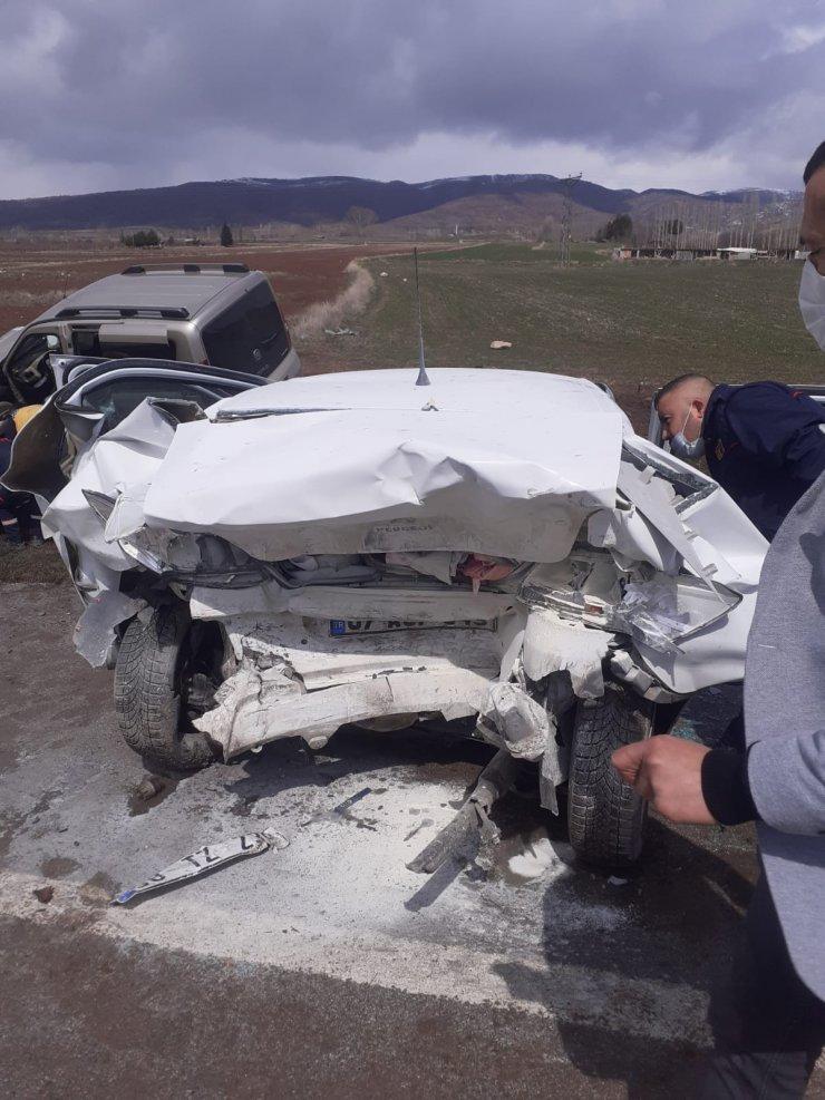 Hafif ticari araçla otomobil çarpıştı: 2'si çocuk, 8 yaralı