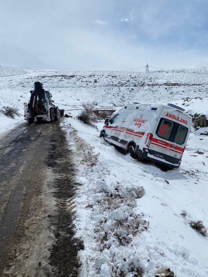 Hasta almaya giden ambulans kara saplandı