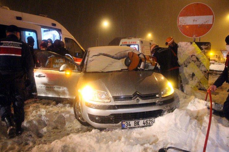 Karda kayan otomobil bariyere saplandı!