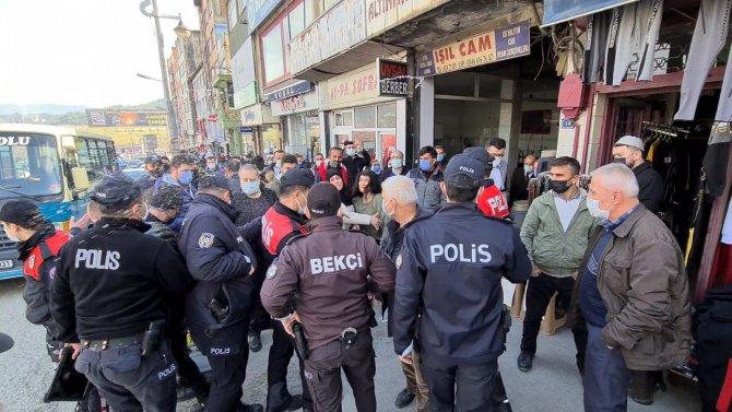 Kimlik soran polislerle tartıştılar, vatandaşlar film gibi izledi