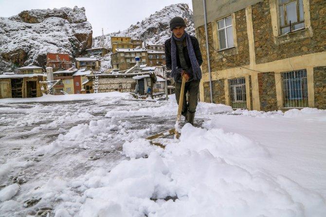 Konya'da toprak damlı evlerde kar kürüme mesaisi