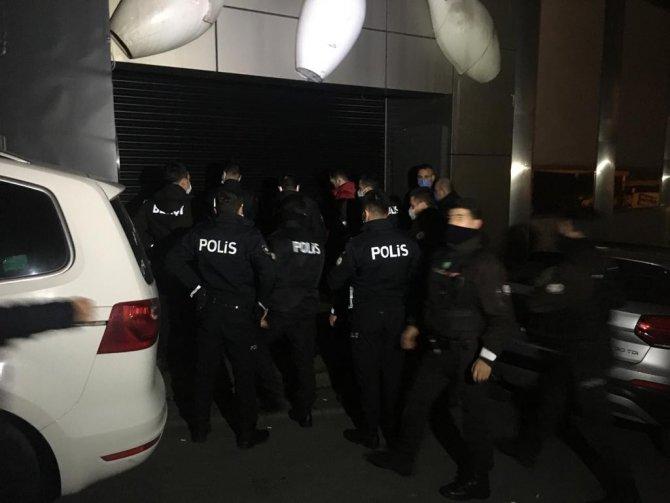 Korona virüsü hiçe saydılar, polis ekipleri tarafından basıldılar