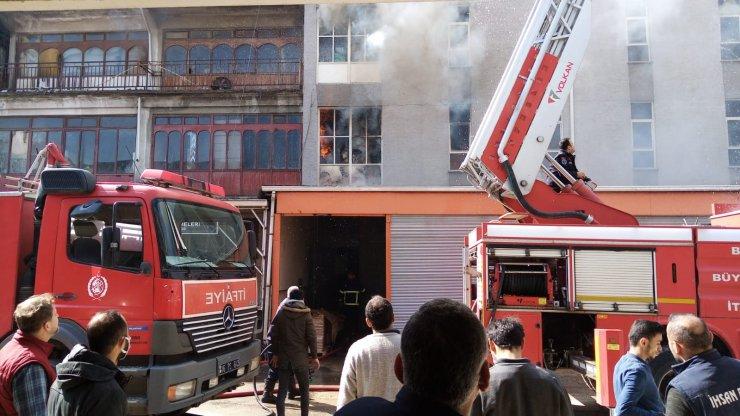 Mobilya mağazasında çıkan yangın 1 saatte söndürüldü