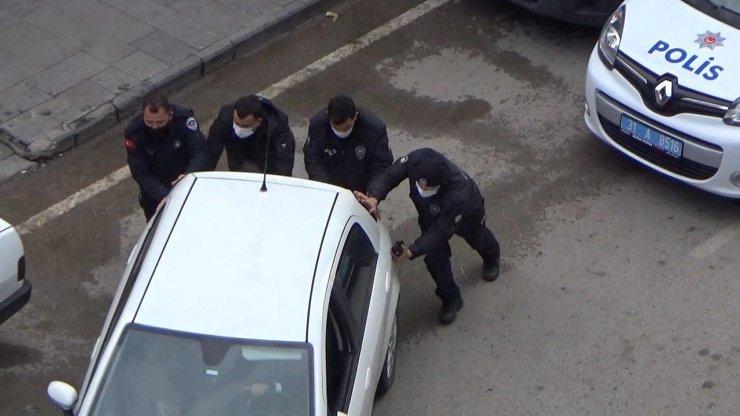 Polis, arızalanan otomobili iterek çalıştırdı