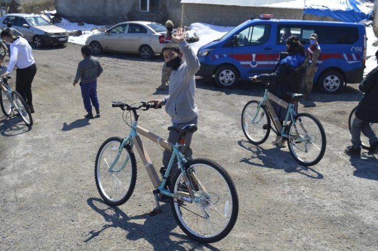 Bakan Kasapoğlu'nun, söz verdiği bisikletler Ağrı'daki öğrencilere dağıtıldı