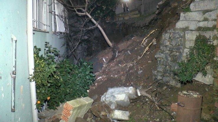 İki bina arasındaki istinat duvarı çöktü