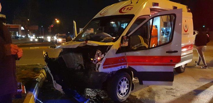 Hasta taşıyan ambulans ile otomobil çarpıştı: 7 yaralı