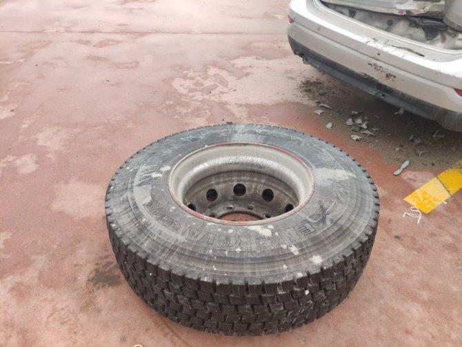 Kamyonun lastiği fırlayıp park halindeki otomobile böyle çarptı