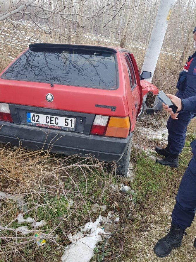 Konya'da direğe çarpan otomobilin sürücüsü yaralandı