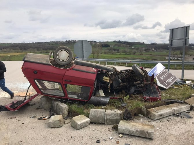 Otomobil içerisinde sıkışan sürücü itfaiye ekiplerince kurtarıldı
