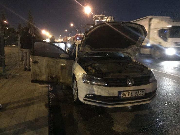 Seyir halindeki otomobilde çıkan yangın, arkasındaki otomobile de sıçradı