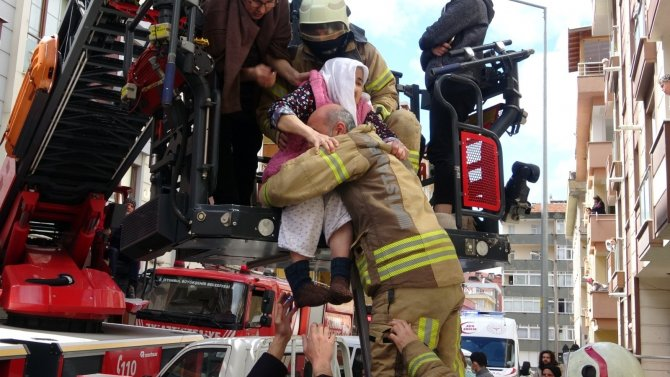 Korku dolu anlar, yangında mahsur kalanları itfaiye kurtardı