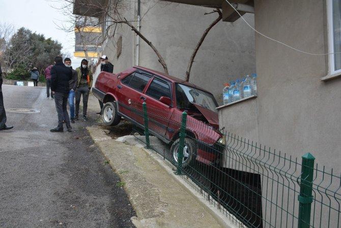 Park halindeki otomobil evin balkonuna girdi