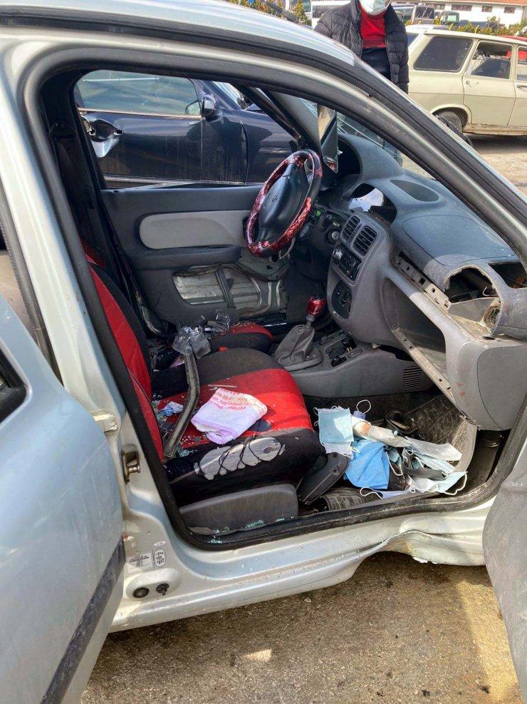 Ters yöne giren minibüsün çarptığı otomobilin sürücüsü öldü