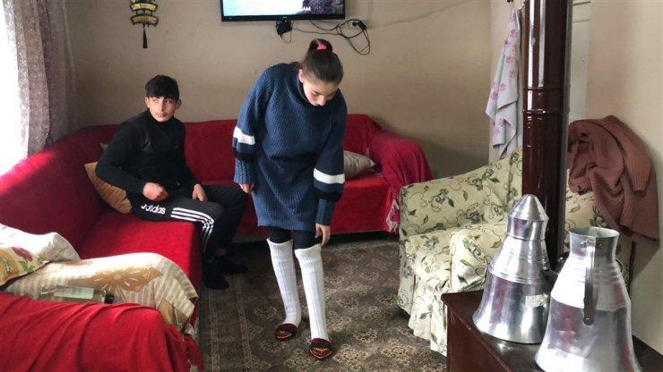 5 çocuk annesi, oğlak ve kuzulara evinde bakıyor